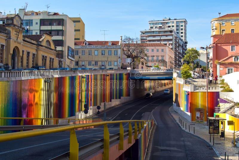 Лиссабон, Португалия - 4-ое мая 2013 Улица с красочными нашивками на стенах стоковое фото rf