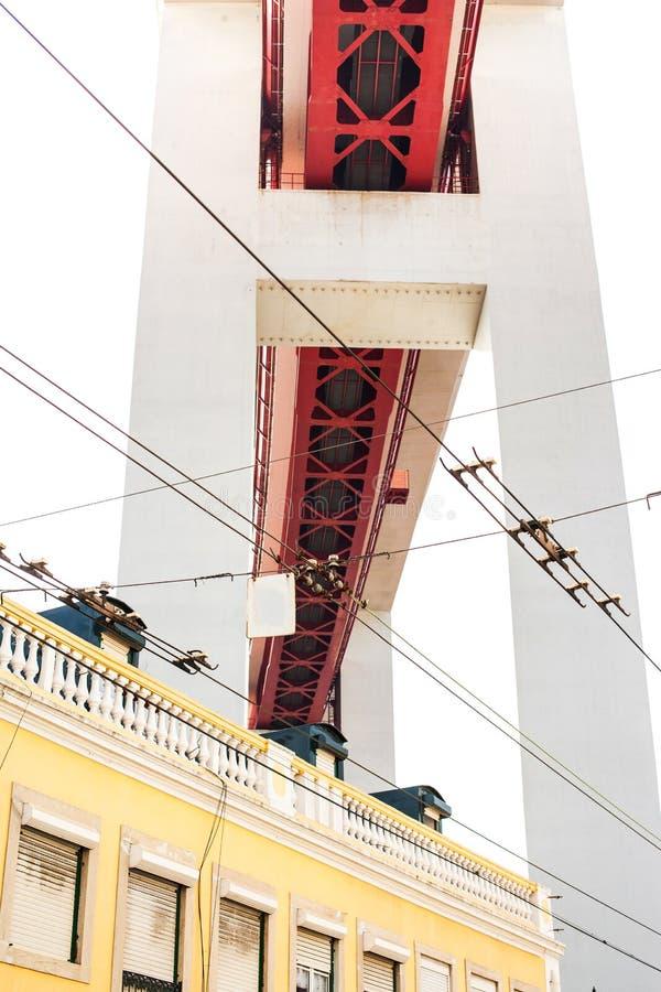 ЛИССАБОН, ПОРТУГАЛИЯ - 29-ое октября 2016: Мост 25 de Abril сверх стоковые изображения rf