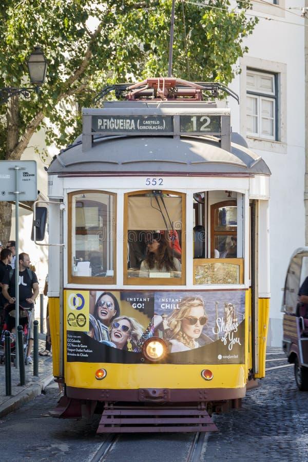ЛИССАБОН, ПОРТУГАЛИЯ - ОКОЛО 2016: Винтажный трамвай в Лиссабоне, Португалии стоковое фото rf