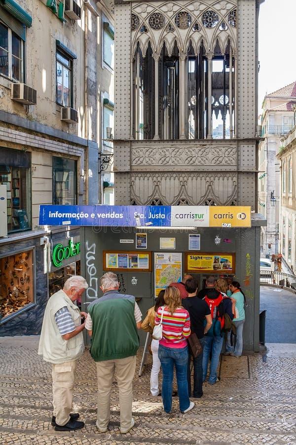 Лиссабон, Португалия: Туристы в линии покупая билетах на билете или кассовом сборе Подъем Elevador de Санта Justa стоковые фотографии rf
