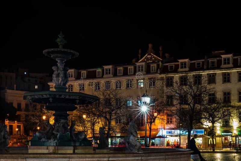 Лиссабон, Португалия - 2019 Фонтан в городском Лиссабоне вечером стоковые изображения