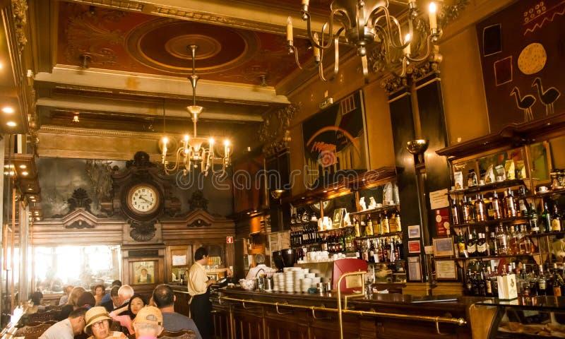 Лиссабон, Португалия: внутри кофейни Brasileira de исторической сделайте Chiado стоковое фото rf