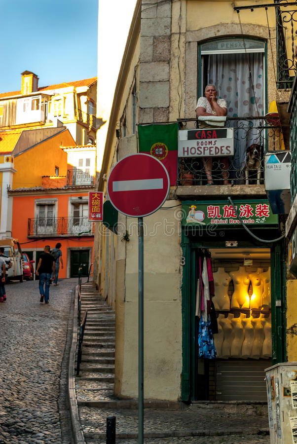 Лиссабон, Португалия - Septmember 19, 2016: Сцена улицы в старом районе Mouraria стоковое изображение