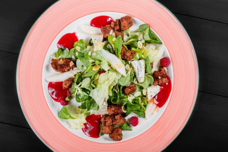 Листает салат овоща с зажаренным в духовке мясом, шпинатом младенца, дыней, голубым сыром, заскрежетанными миндалинами и соусом п стоковые изображения