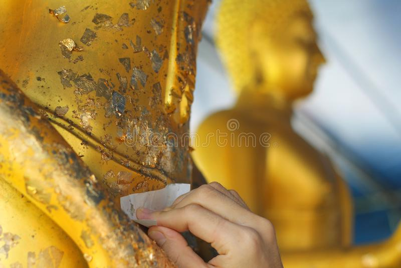 Листовое золото золочения к Будде для поклонения Селективный фокус стоковые фотографии rf