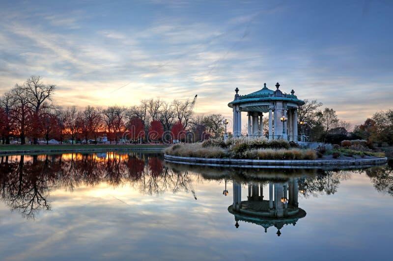 Листопад вокруг эстрада для оркестра Forest Park в Сент-Луис, Миссури стоковое изображение rf