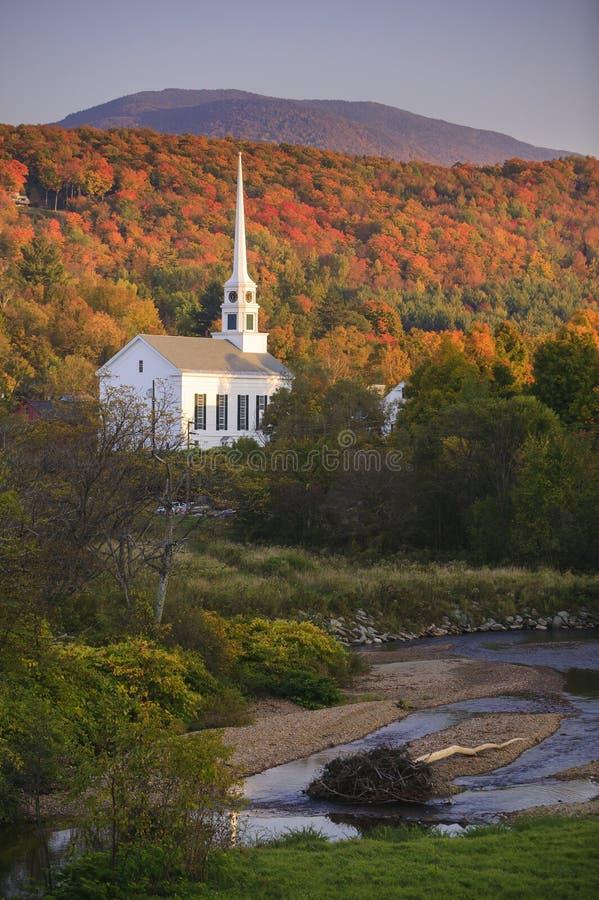 Листопад за сельской церковью Вермонта стоковое изображение rf