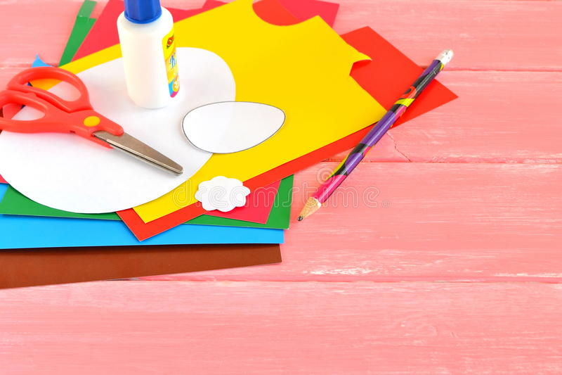 Листы бумаги, ножницы, клей, карандаш, бумажные шаблоны eggs Установите для творческих способностей детей Поставки для делать рем стоковое фото