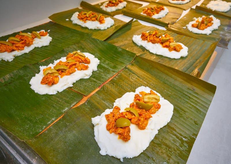 Листья банана рецепта подготовки тамале мексиканские стоковое изображение rf