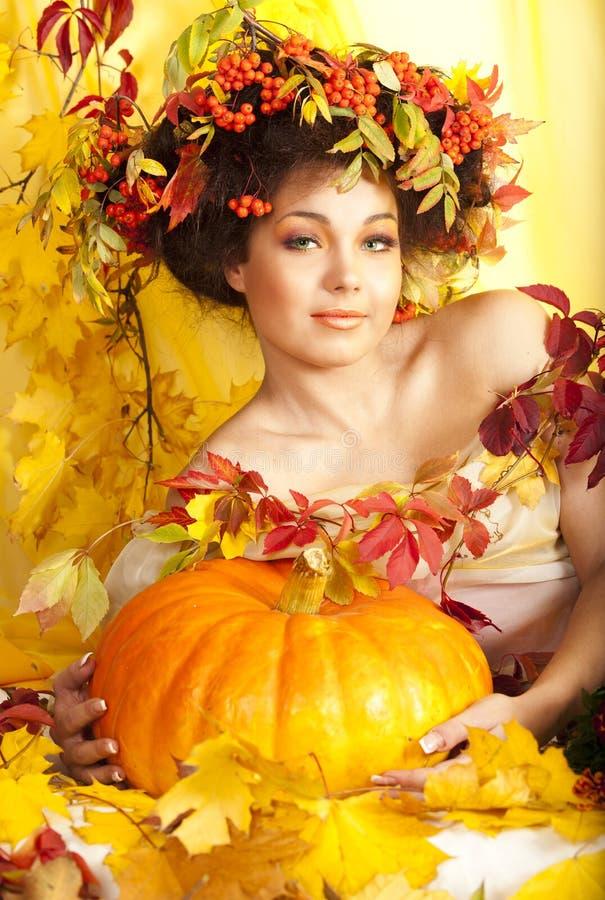 листья девушки осени стоковая фотография rf