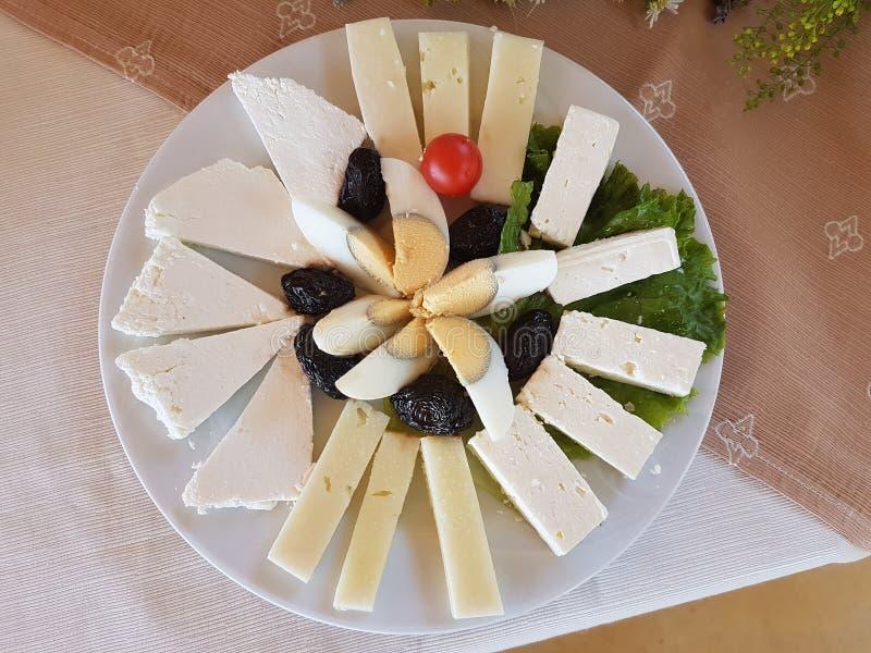 Листья и tomatoe салата оливок кусков сыра на плите стоковое фото rf