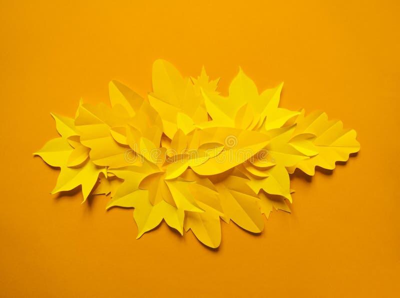 Листья осени сделанные от бумаги на яркой предпосылке сентябрь стоковое изображение