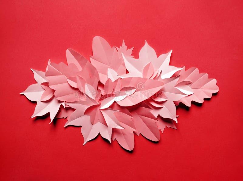Листья осени сделанные от бумаги на яркой предпосылке сентябрь стоковое изображение rf