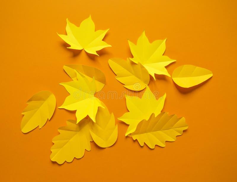 Листья осени сделанные от бумаги на яркой предпосылке сентябрь стоковая фотография rf