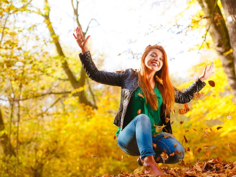 Листья сумасшедшей девушки бросая стоковые изображения