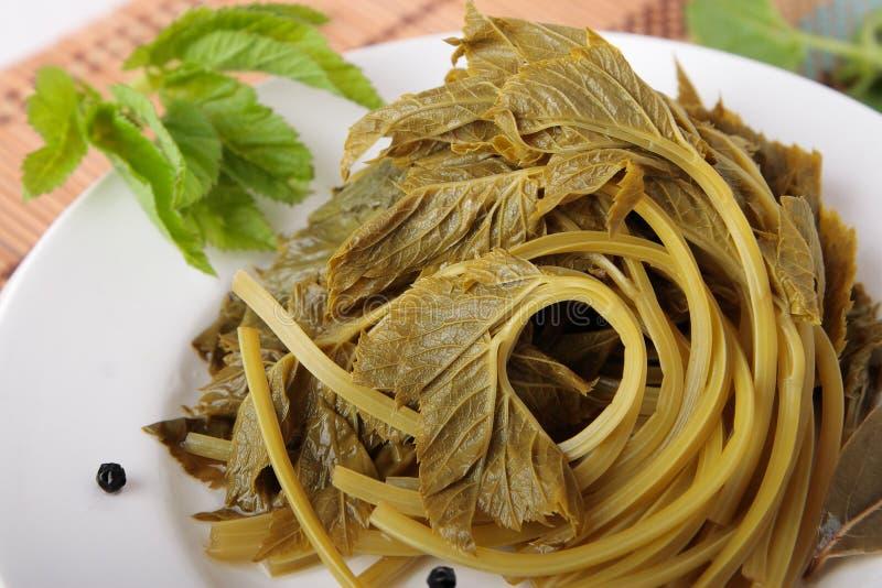Листья goutweed, marinated с лист залива и перцем стоковое фото