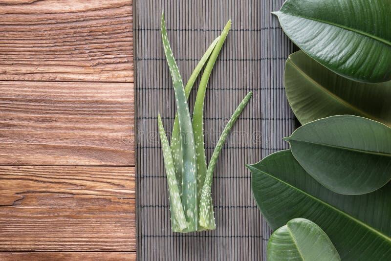 Листья vera алоэ на деревянном столе стоковые фотографии rf