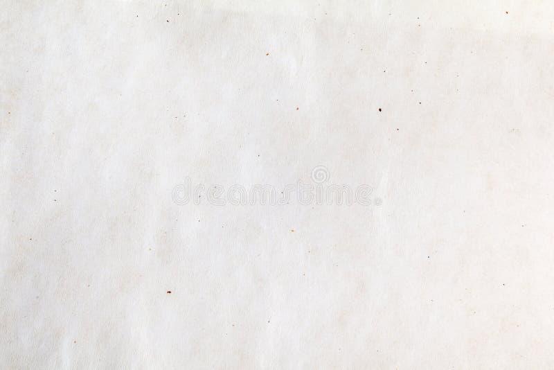 Лист белого тонкого взгляда сверху предпосылки пергаментов Сморщенные текстура или картина упаковочной бумаги стоковые фото