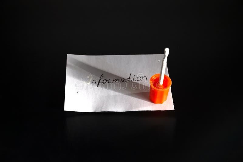 """Лист белой бумаги со словом """"информацией """"на черной таблице Белый корректор прячет первое письмо слова - письма стоковые фото"""