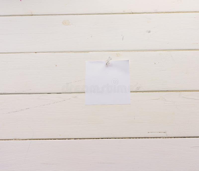 Лист бумаги белого квадрата прикалыванный к деревянным доскам Бело-покрашенная поверхность в деревенском стиле Конец-вверх Предпо иллюстрация вектора