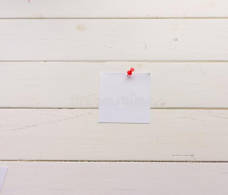 Лист бумаги белого квадрата прикалыванный к деревянным доскам Бело-покрашенная поверхность в деревенском стиле Конец-вверх Предпо бесплатная иллюстрация