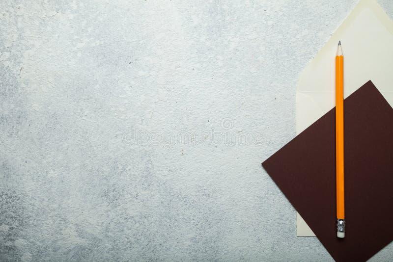 Лист бумаги и конверт на белой винтажной предпосылке стоковая фотография