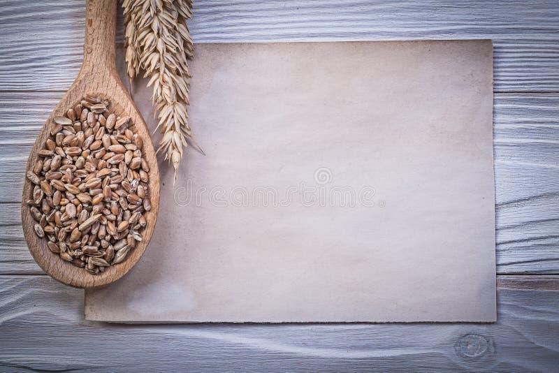Лист золотой ложки мозоли ушей рож пшеницы деревянной винтажный бумажный на w стоковое фото rf