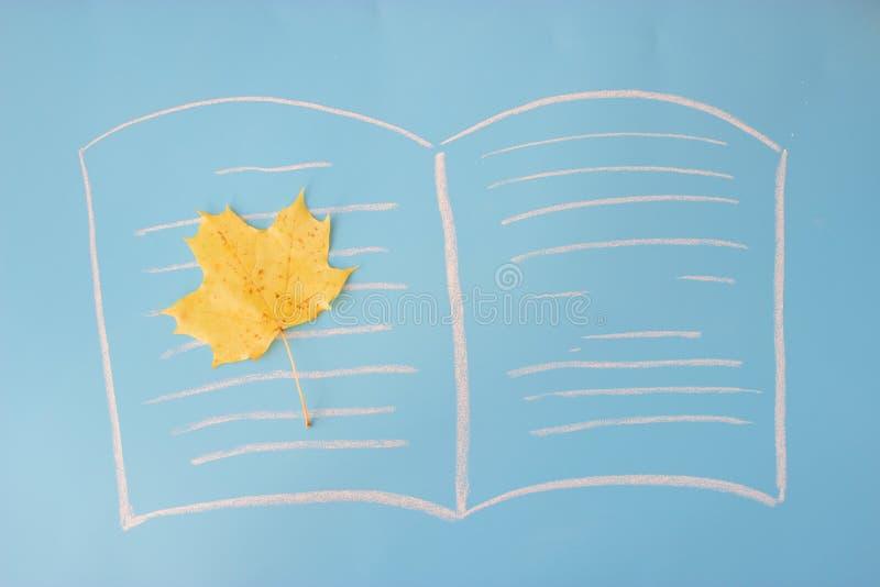 лист осени на книге стоковое изображение rf