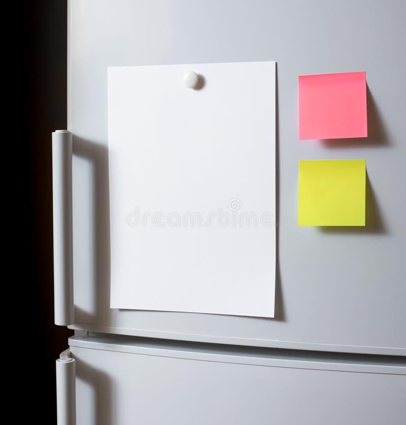 Лист пустой бумаги на двери холодильника стоковое изображение rf