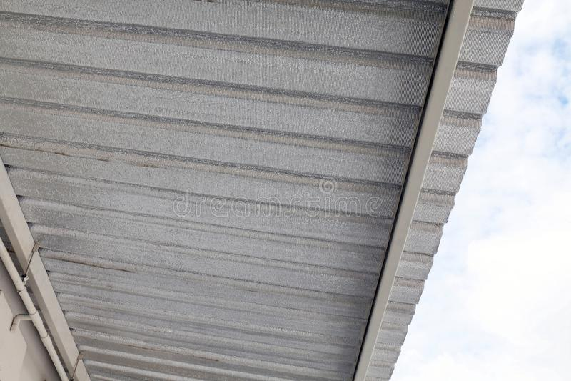 Лист сопротивления волокна изоляции под крышей, устанавливает лист алюминиевой фольги, изоляцию просторной квартиры, серебр метал стоковое изображение