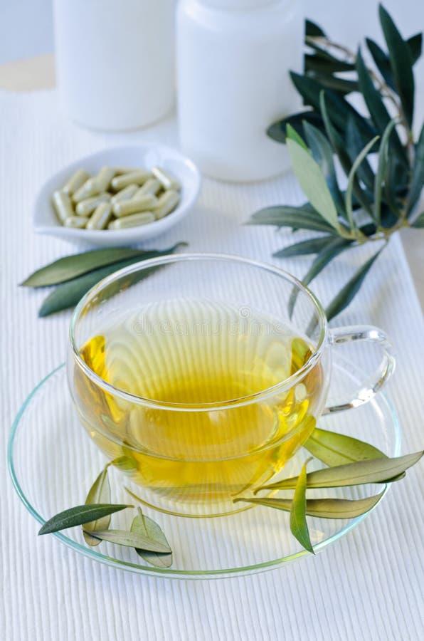 Лист травяного чая и оливки прованских лист извлекают капсулы диетическо стоковое изображение