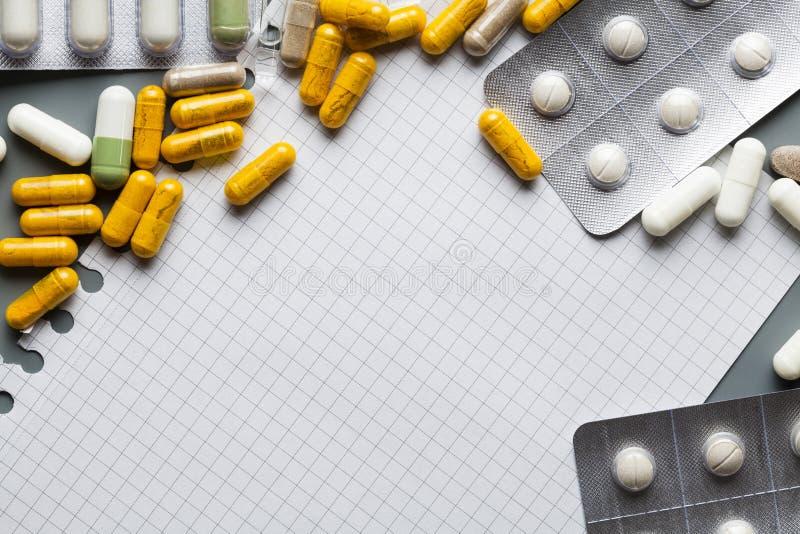 Лист чистого листа бумаги и различные лекарства на серой предпосылке стоковые фотографии rf
