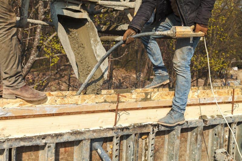 Лить бетон в конструкцию дома стоковое фото