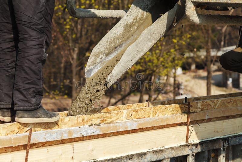 Лить бетон в конструкцию дома стоковые фото