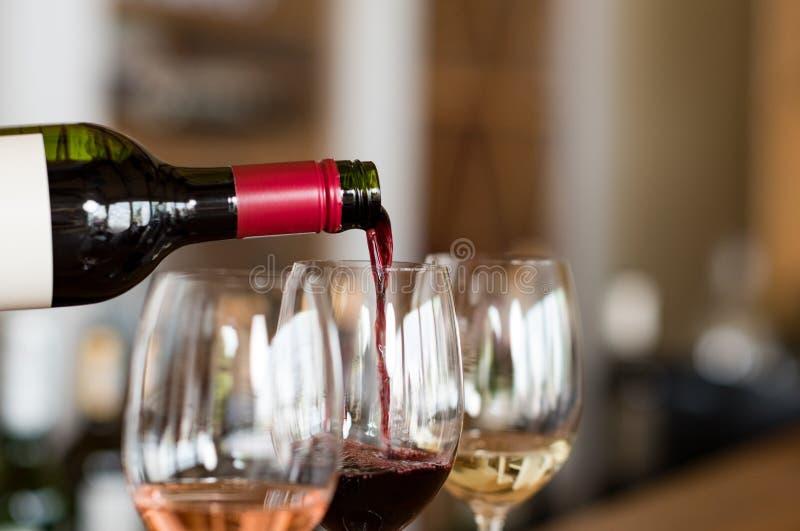 Лить вино в стеклах стоковые изображения