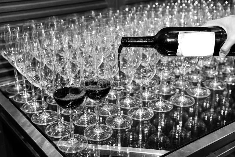 Лить вино к стеклам стоковое фото