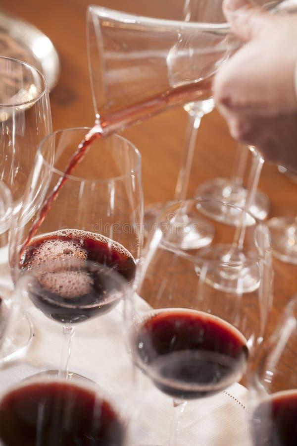 Лить вино стоковое изображение