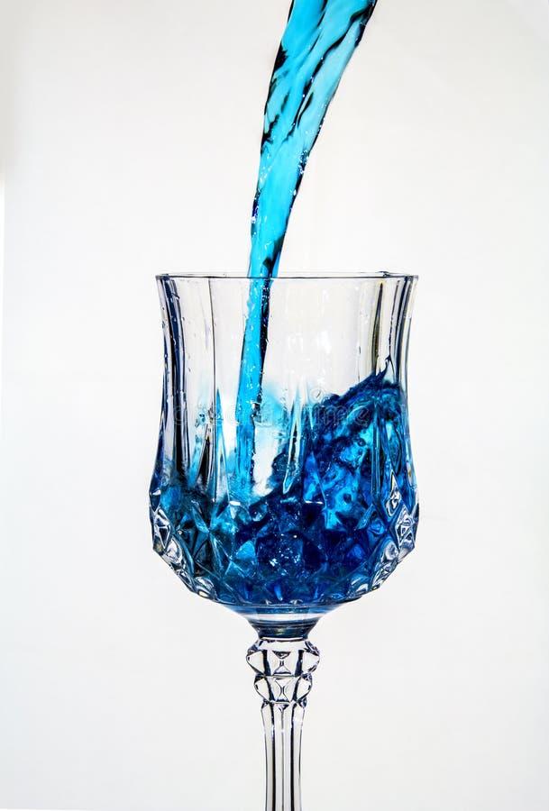 Лить вода в причудливое стекло стоковая фотография rf
