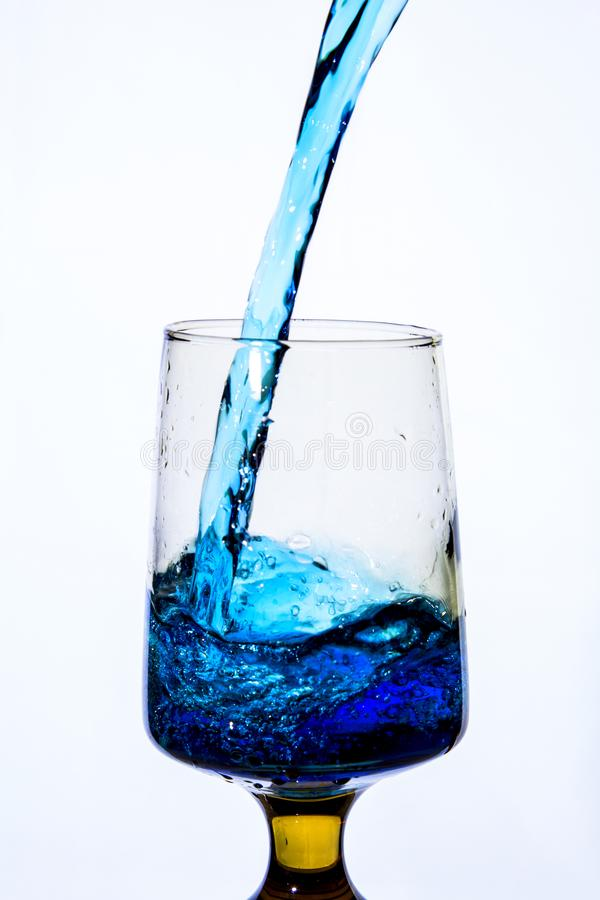 Лить вода в причудливое стекло стоковое фото rf