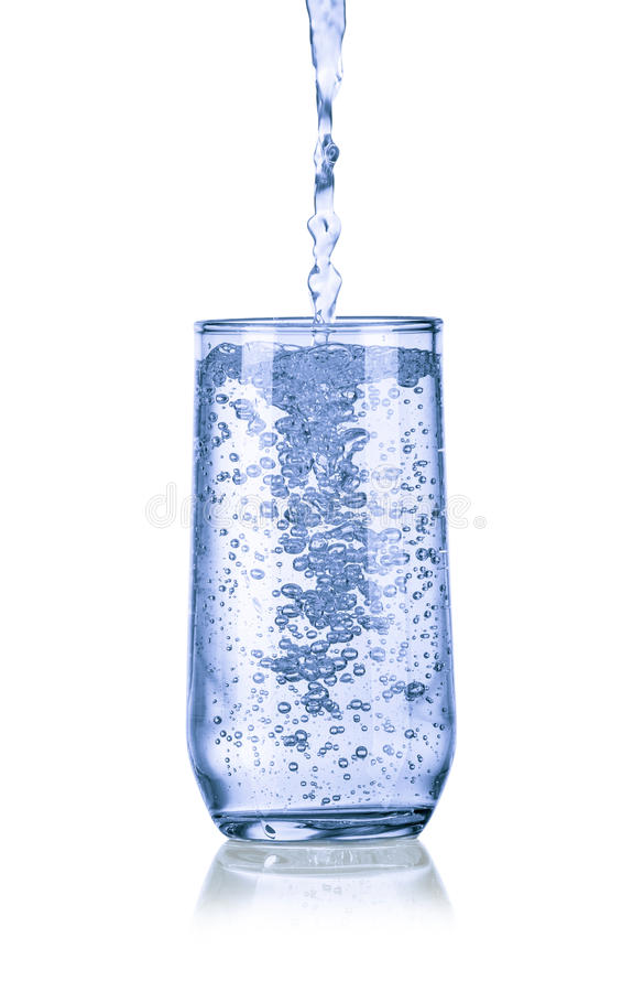 Лить вода в стекле стоковые фото