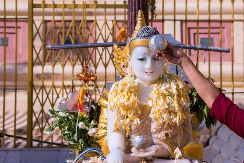 Лить вода/поливая или моча Будда с водой и ince стоковая фотография