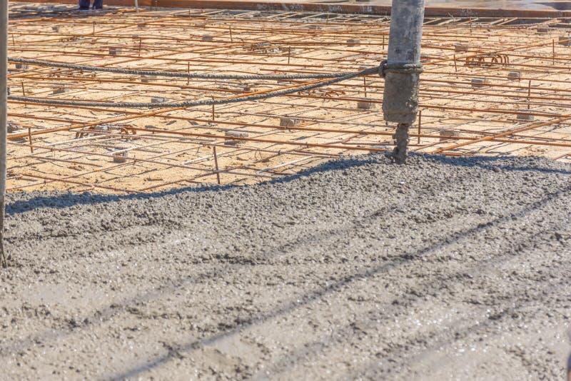 Лить готов-смешанный бетон от смешивая черни конкретный смеситель от конкретного насоса и устанавливать чернь заграждения стоковые фото
