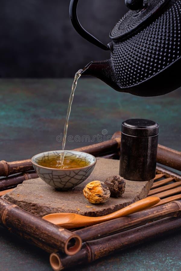 Лить зеленого чая стоковая фотография