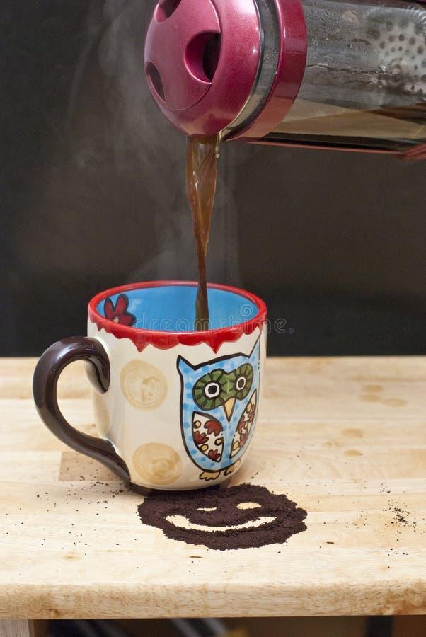 Лить кофе прессы француза с улыбкой стоковое фото rf