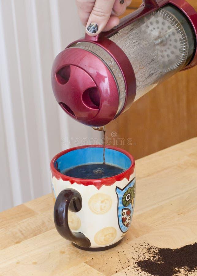 Лить кофе прессы француза стоковая фотография rf