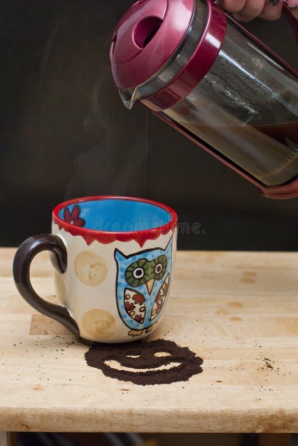 Лить кофе прессы француза стоковое фото