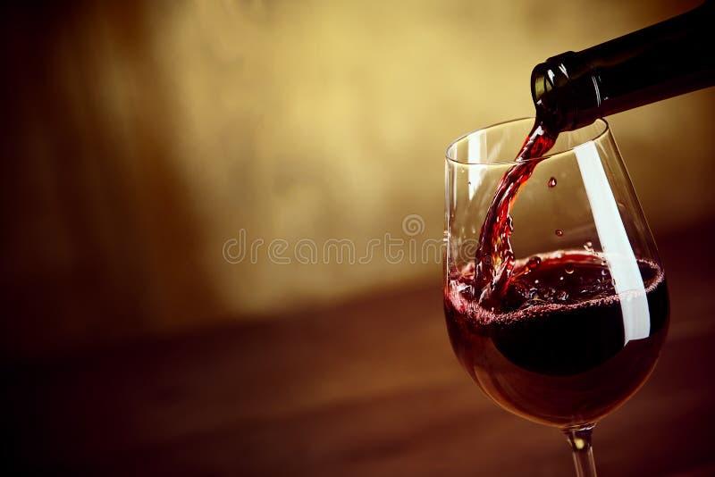 Лить красное вино в рюмку стоковые фотографии rf