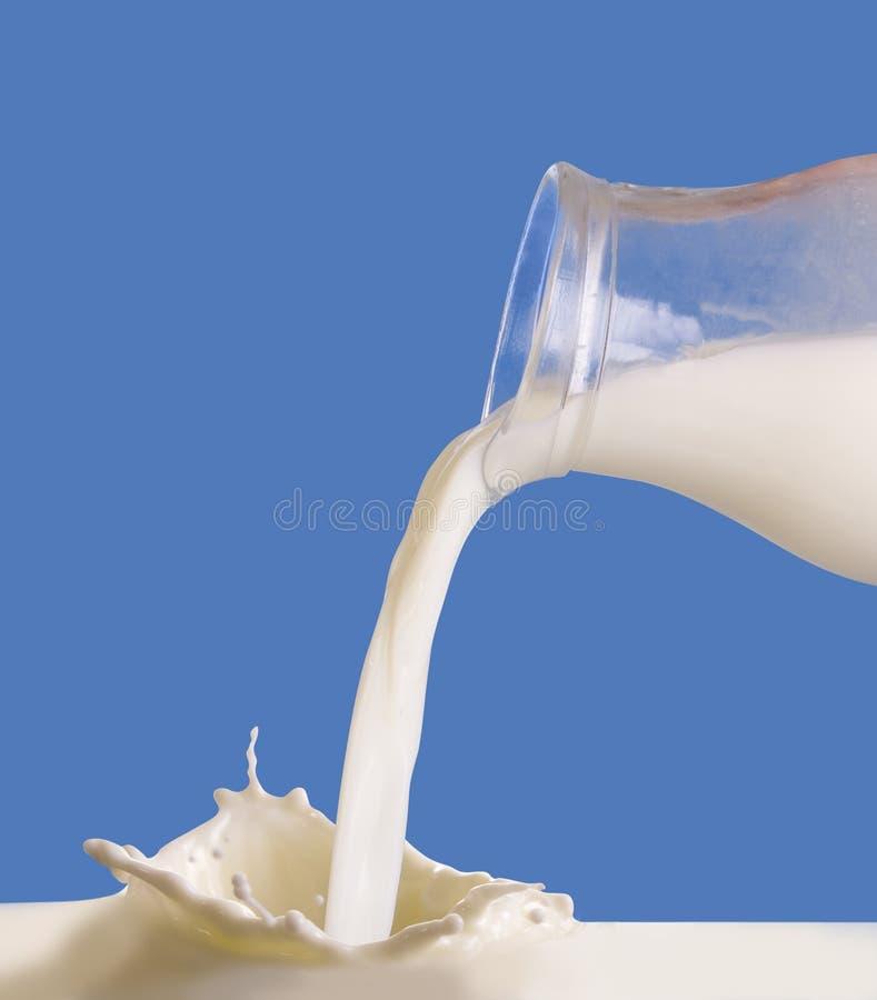 лить молока стоковое фото rf