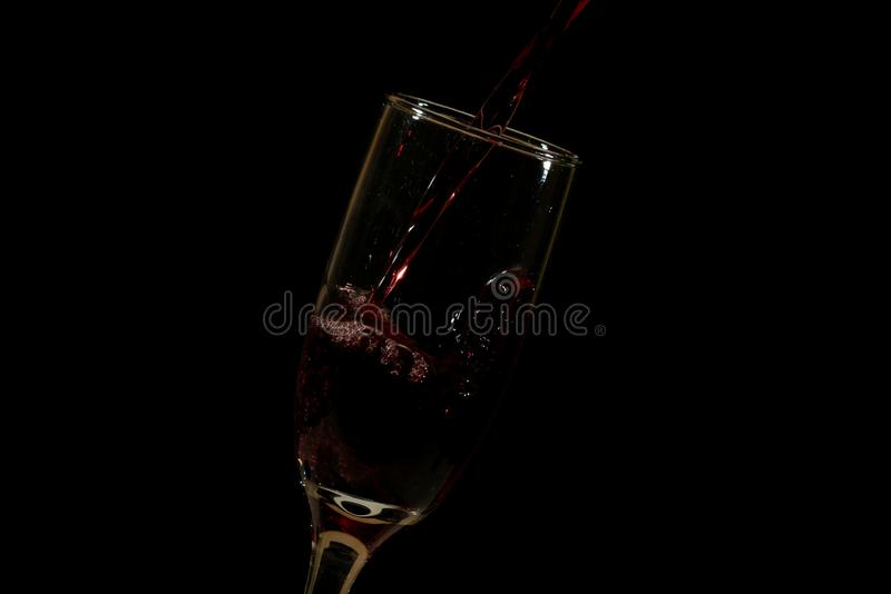 Лить очень вкусное красное вино в стекло стоковая фотография rf