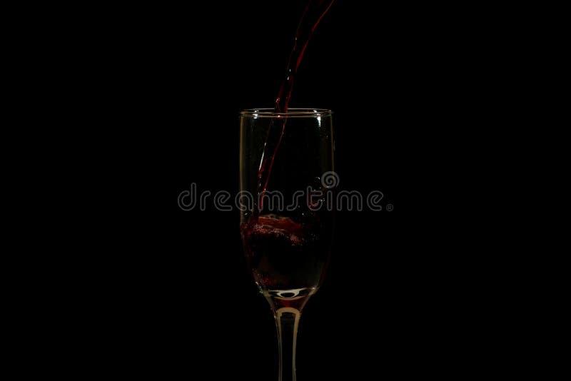 Лить очень вкусное красное вино в стекло стоковые фото
